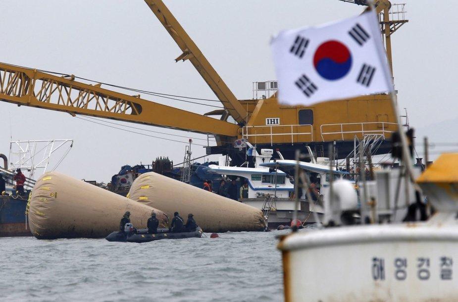 Pietų Korėjoje nuskendo 476 žmones plukdęs keltas.