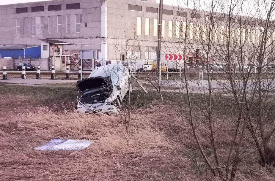 """Girto vairuotojo """"Toyota"""" nulėkė nuo kelio Tauragėje"""