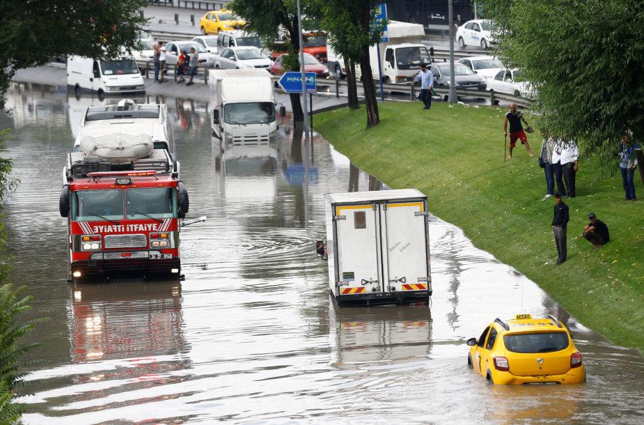 Smarkios liūtys kelia sumaištį Stambule