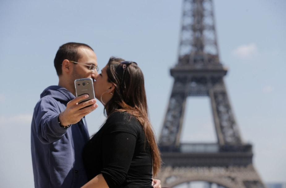 Asmenukė prie Eifelio bokšto