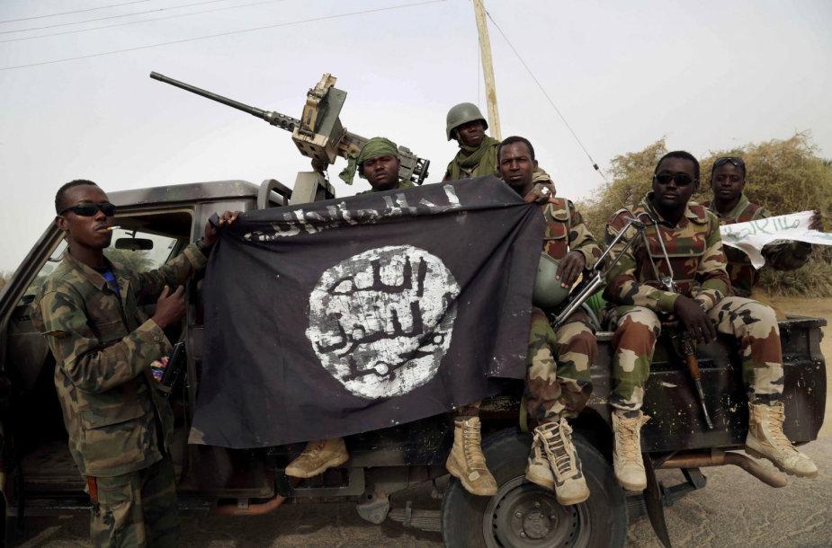 """Nigerijos kariai laiko """"Boko Haram"""" vėliavą"""
