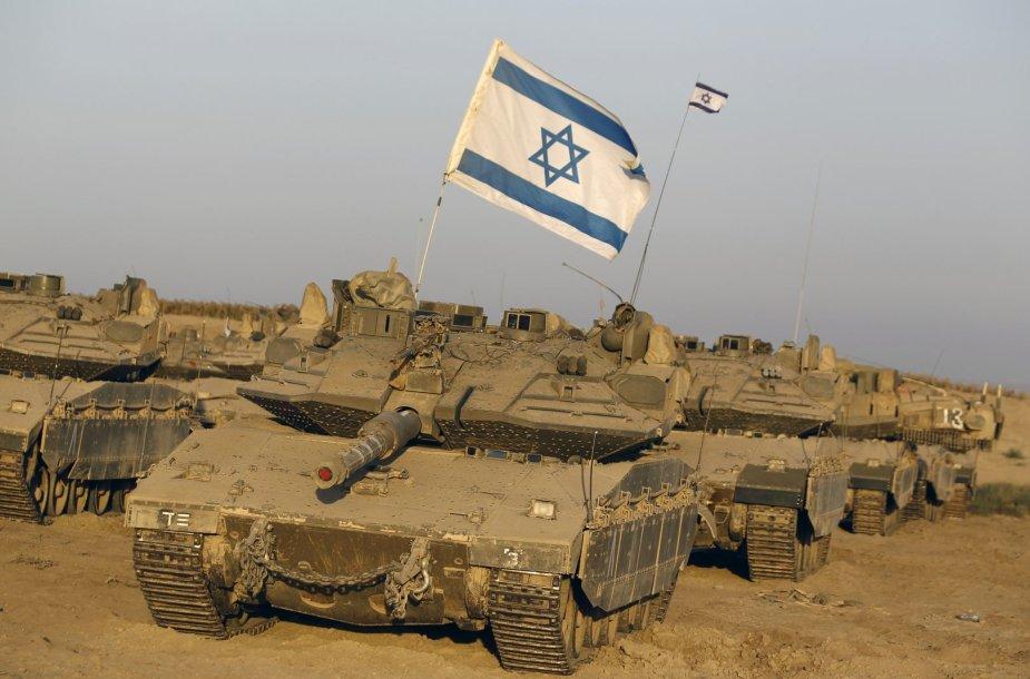 Izraelio tankai netoli sienos su Gazos ruožu