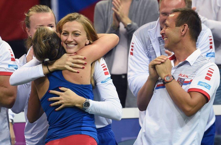 Barbora Stryčova pergale džiaugiasi su Petra Kvitova