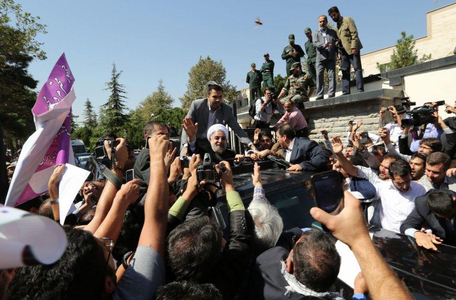 Iš Jungtinių Tautų Generalinės Asamblėjos grįžęs Hassanas Rouhani mojuoja šalininkams.