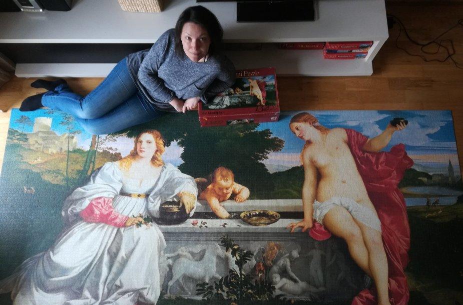 Marija Bunkaitė prie 292,5 x 135 cm, 13 224 detalių dėlionės, kurią sudėjo per karantiną