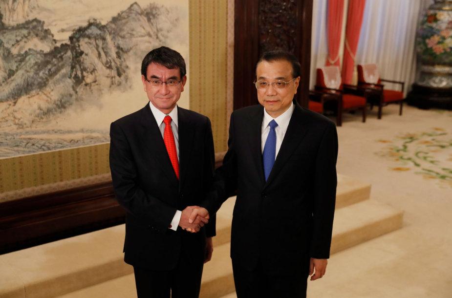 Japonijos diplomatijos vadovas Taro Kono (kairėje) ir Kinijos premjeras Li Keqiangas