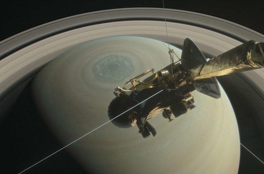 """""""Cassini"""" virš šiaurinio Saturno ašigalio"""