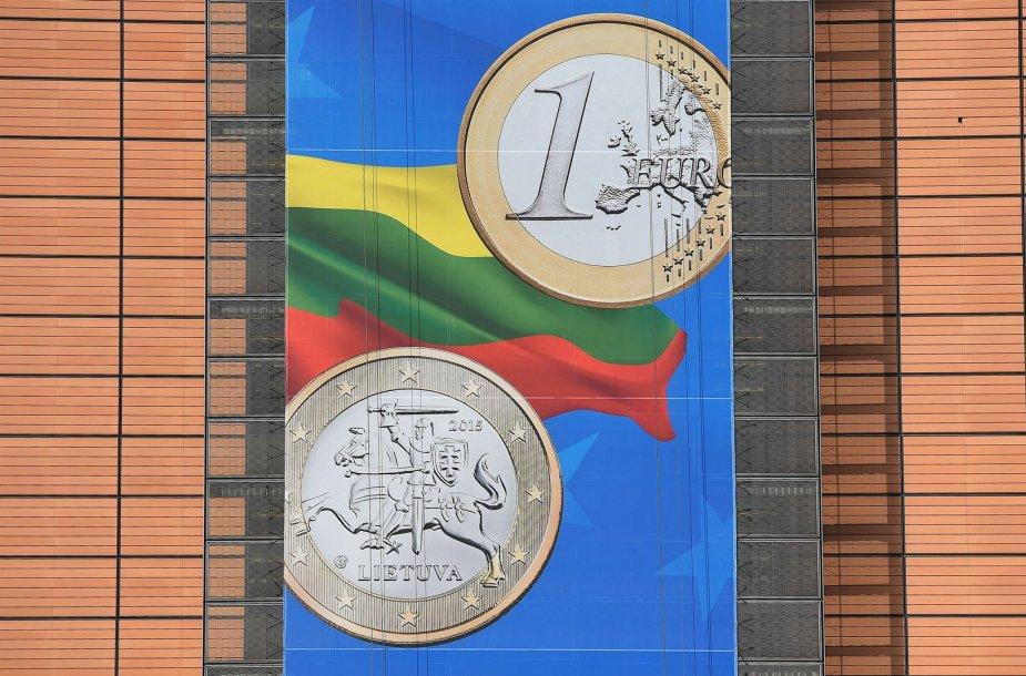 Lietuvą sveikinantis transparantas Briuselyje