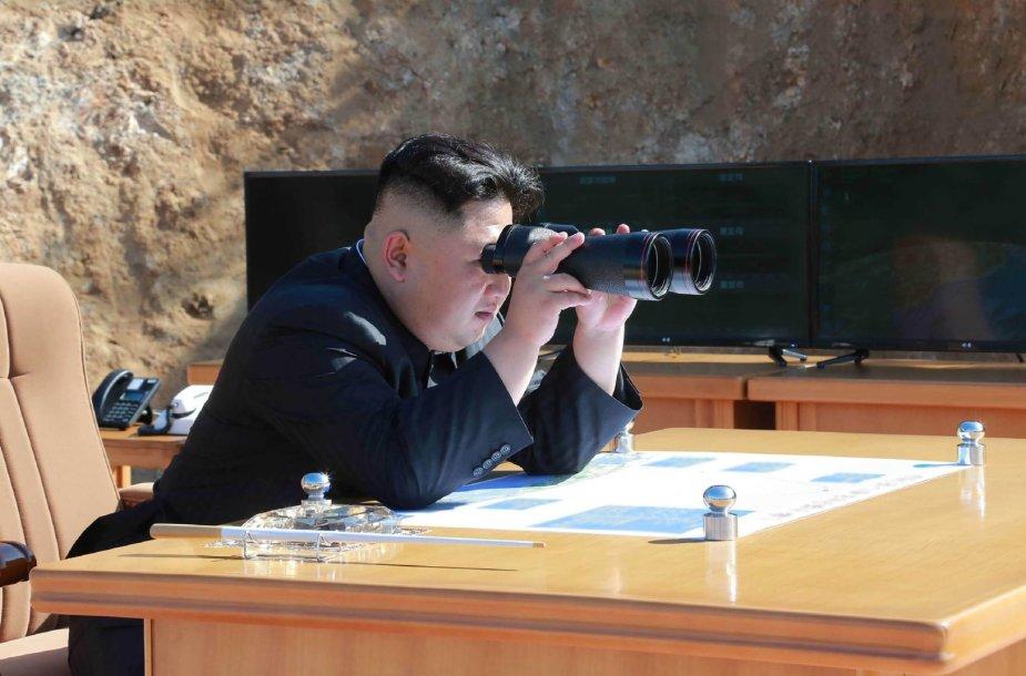 Kim Jong-unas stebi raketos paleidimą