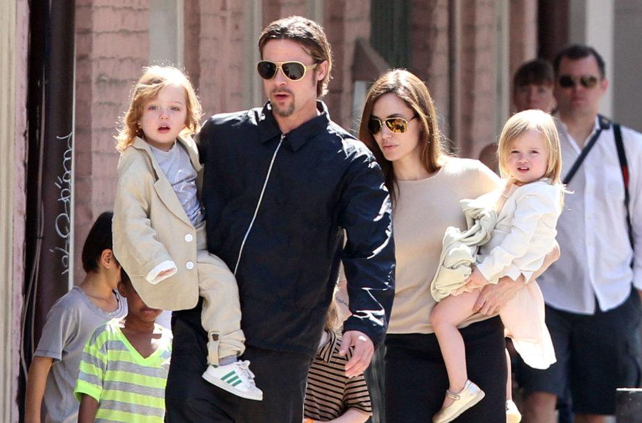 Bradas Pittas ir Angelina Jolie su dvyniais Knoxu ir Vivienne (2011 m.)