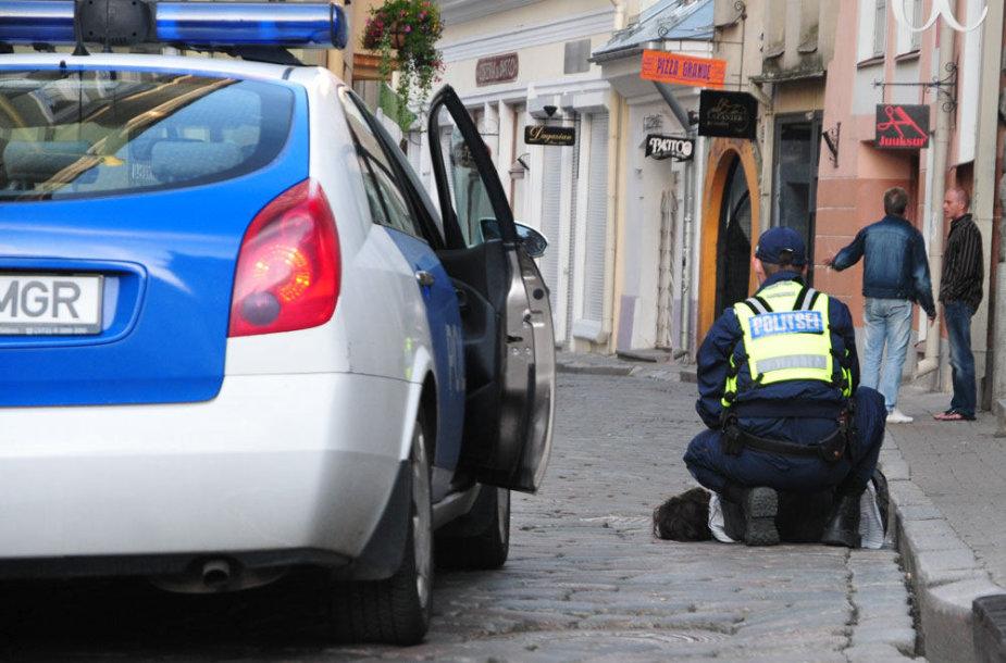 Estijos policininkas Taline sulaiko įtariamąjį