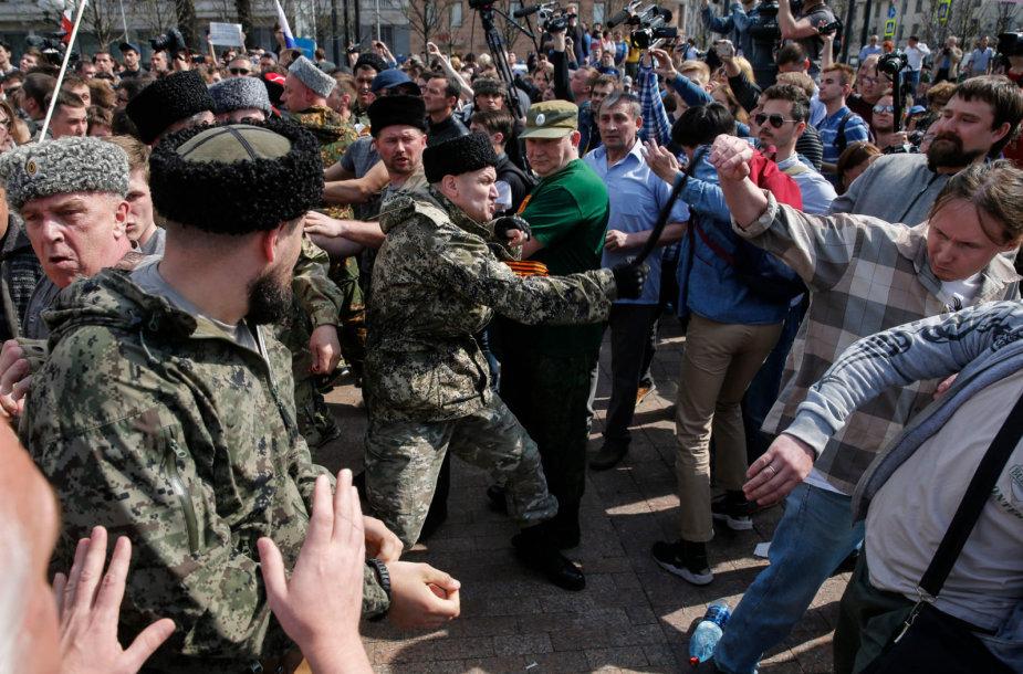 Kazokai puola protestuotojus