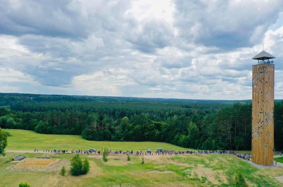 Prie Birštono apžvalgos bokšto driekiasi žmonių eilė.
