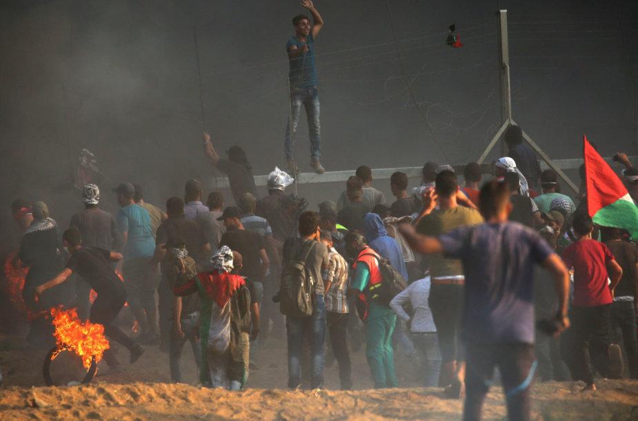 Palestiniečių protestuotojai prie Izraelio sienos