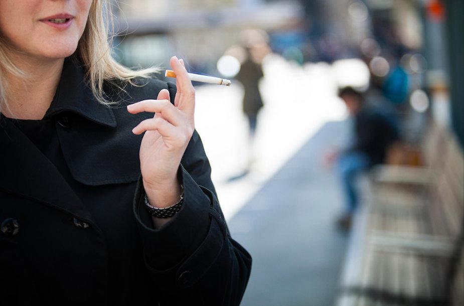 Moteris rūko