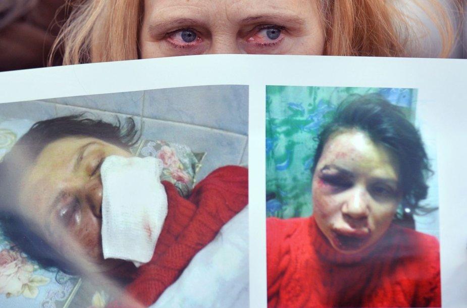 Protestuotoja su Tatjanos Čornovil nuotraukomis