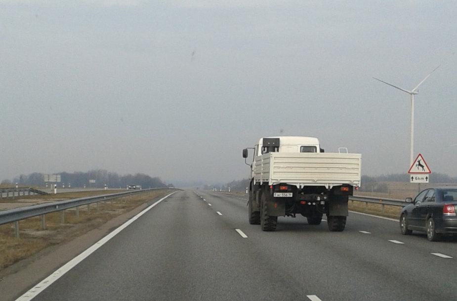 """Lietuvoje pastebėti sunkvežimiai, primenantys rusų """"humanitarinės pagalbos"""" vilkikus."""