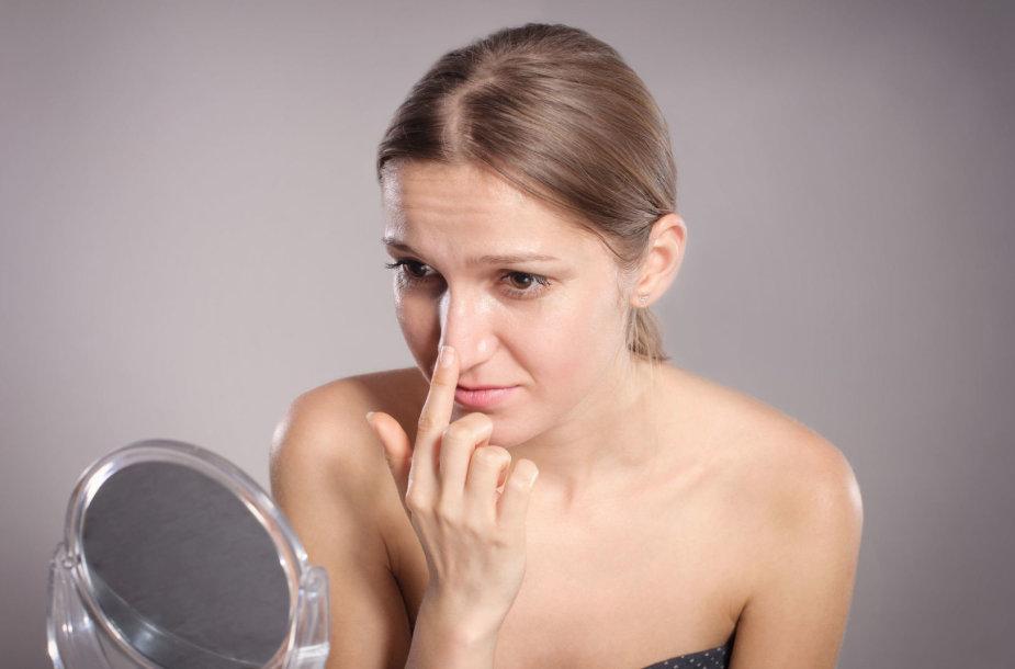 Moteris svarsto apie plastinę nosies operaciją