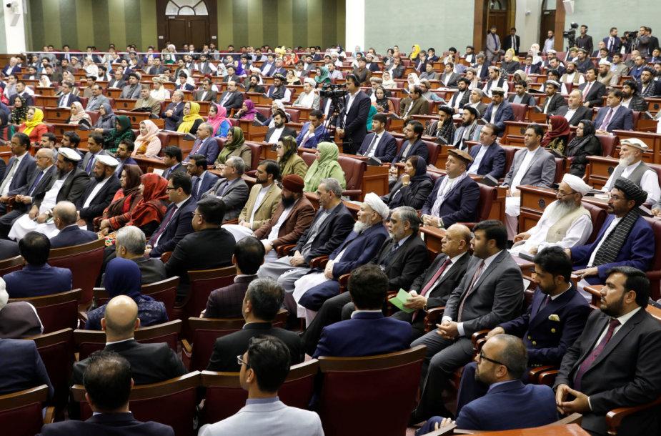 Afganistane pusmetis po rinkimų prisaikdinti parlamentarai