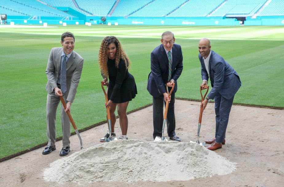 Serena Williams pristatė kortus stadione
