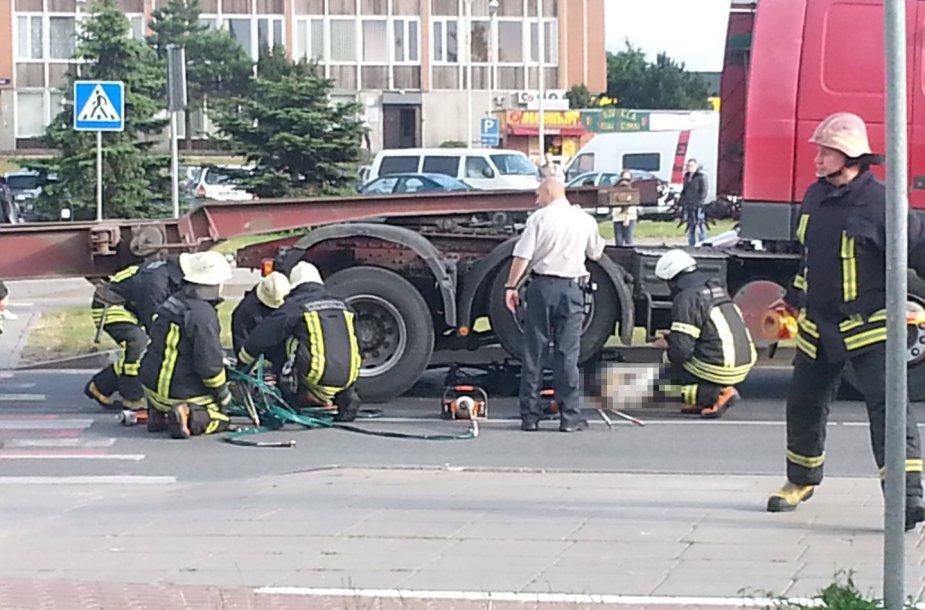 Klaipėdoje po sunkvežimio ratais žuvo dviratininkas
