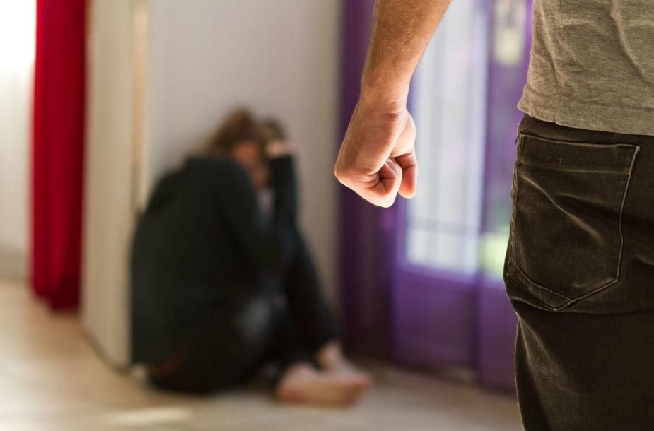 Alkoholizmo problemas dažnai lydi smurtas