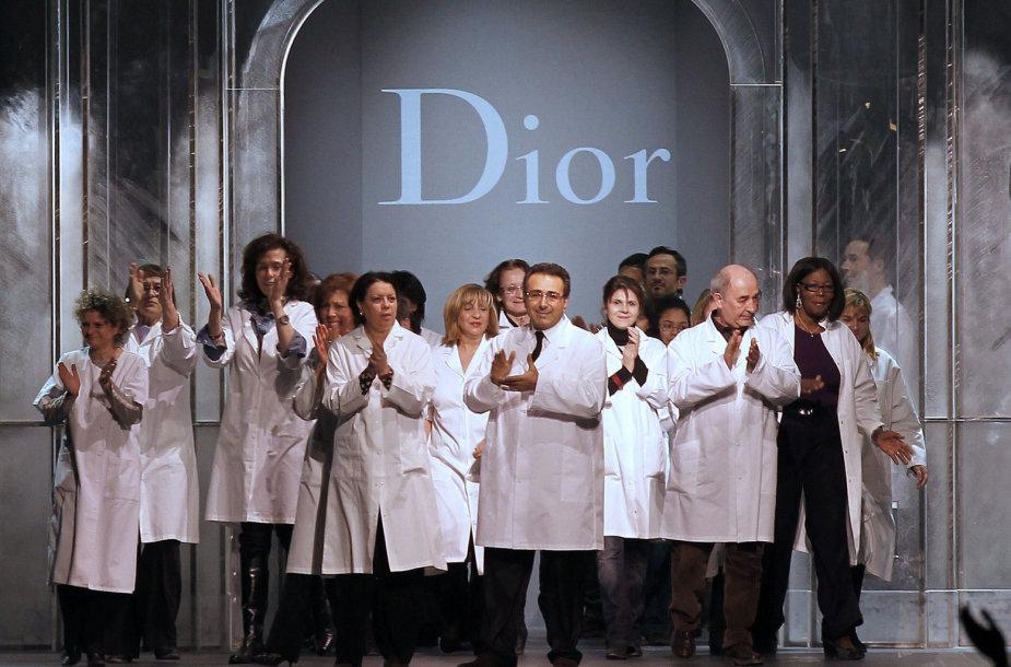 """Mados namų """"Christian Dior"""" darbuotojai"""