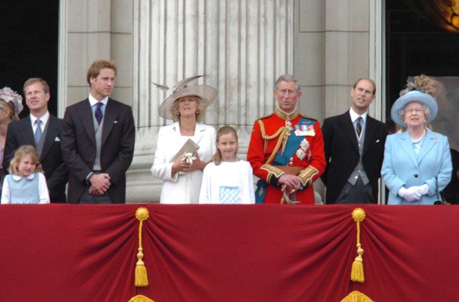 Britų karališkoji šeima (iš kairės): lordas Ivaras Mountbattenas, princas Williamas, Kornvalio hercogienė Camilla, Ivaro Mountbatteno dukra Ella, princas Charlesas, princas Edwardas ir karalienė Elizabeth II (2005 m.)