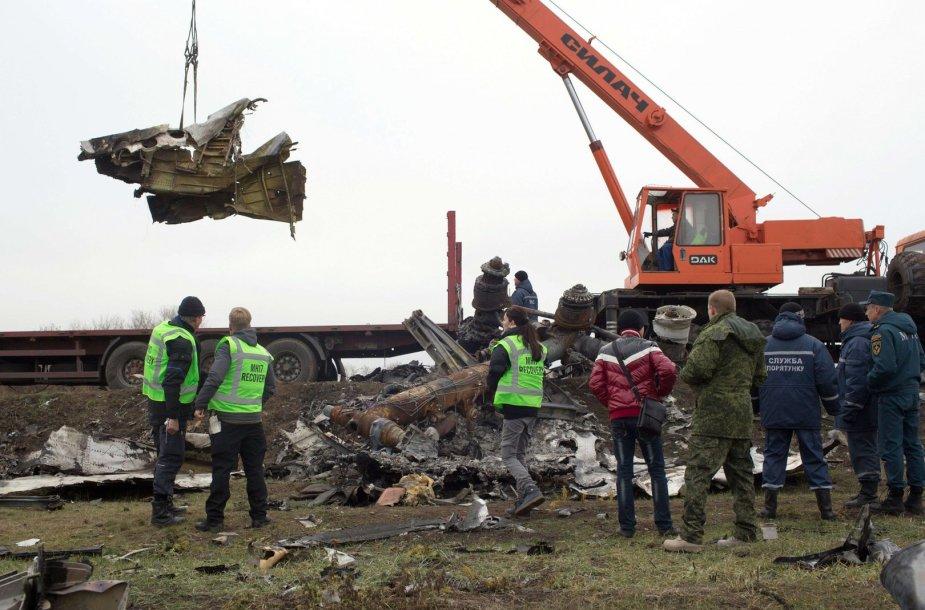 """Iš katastrofos vietos šalinamos """"Malaysian Airlines"""" lėktuvo nuolaužos"""