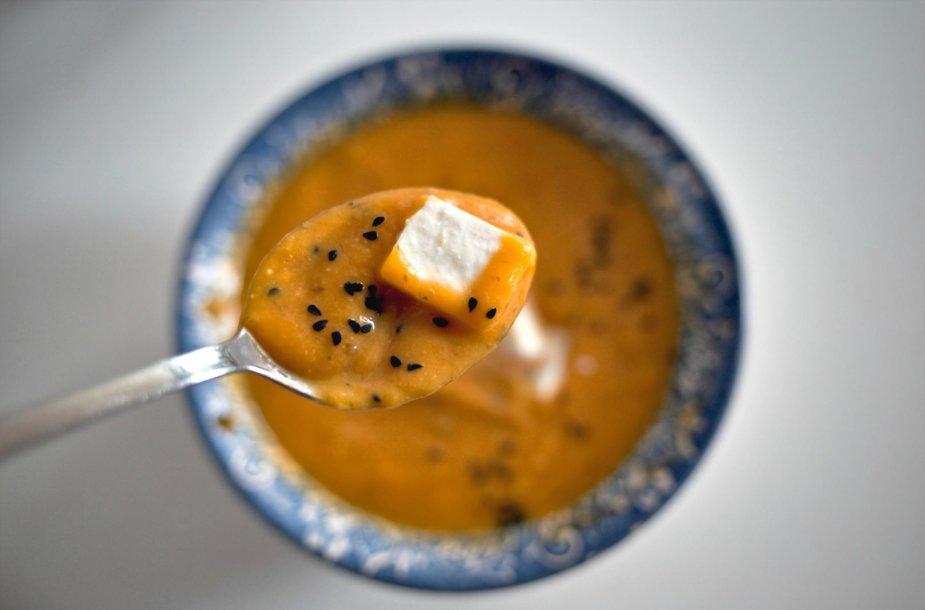 Trinta morkų ir bulvių sriuba su fetos sūriu