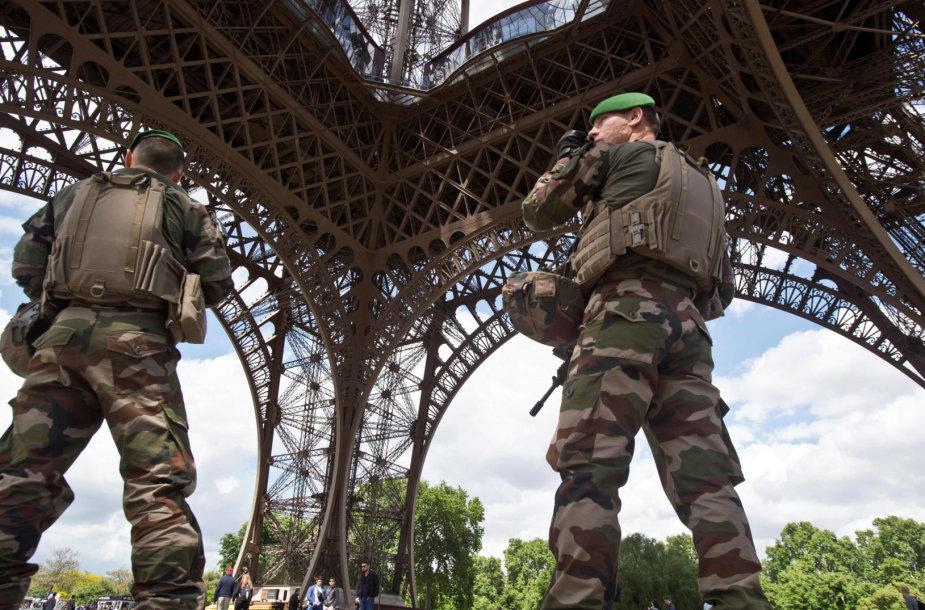 Prancūzijos kariai prie Eiffelio bokšto
