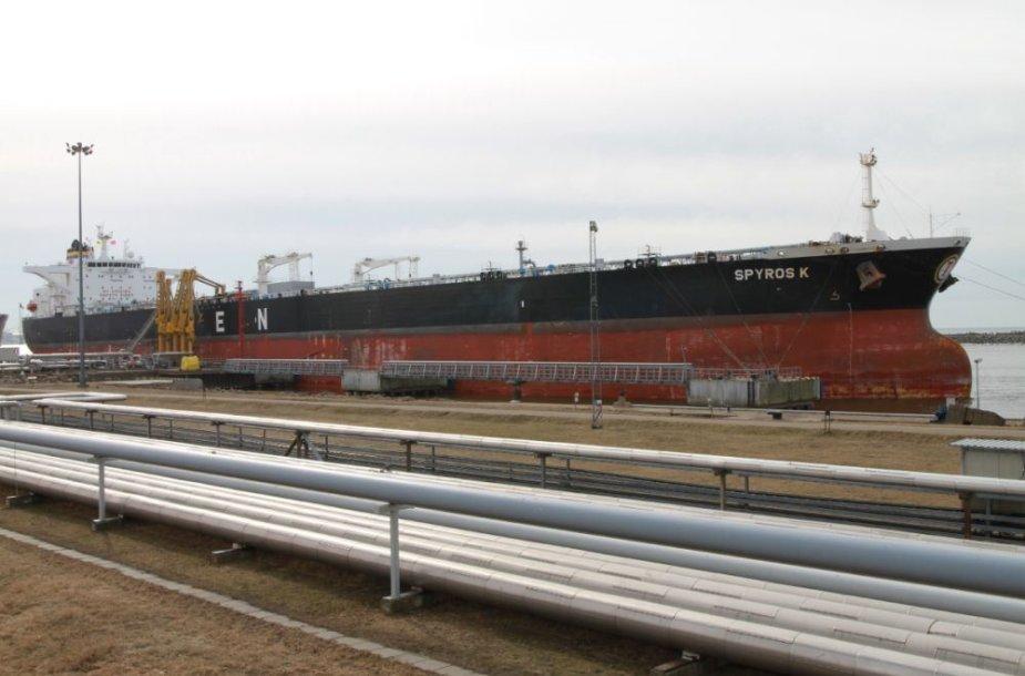 """Prie """"Klaipėdos naftos"""" krantų prisišvartavo didžiulis – beveik 158 tūkst. tonų talpos – tanklaivis """"SPYROS K""""."""