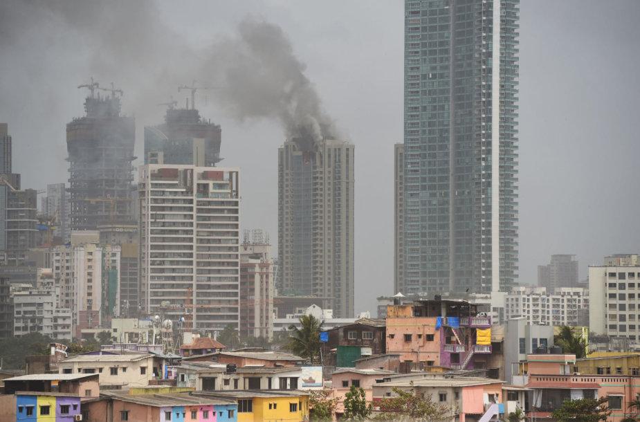 Indijos finansų ir pramogų sostinėje Mumbajuje dega prabangus dangoraižis