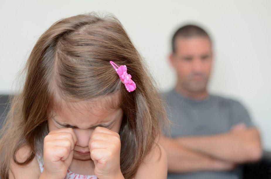 Vaikai tėvų skyrybas išgyvena ypač jautriai.
