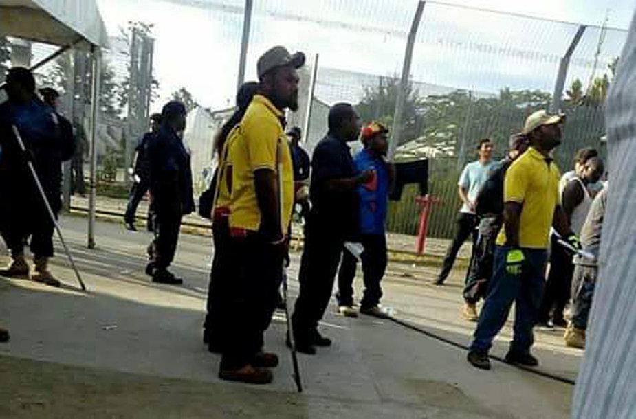 Papua Naujosios Gvinėjos policija pradėjo pabėgėlių iškeldinimą iš stovyklos Australijoje