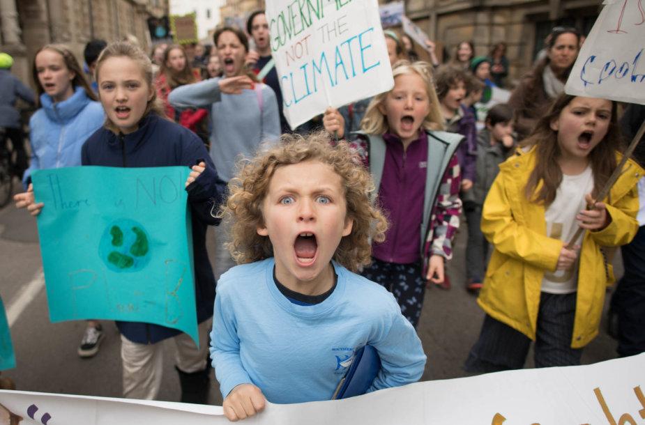 Protestuotojai prieš klimato kaitą blokavo kelius Londone