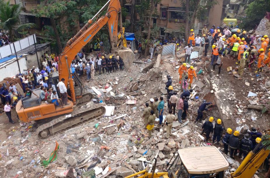 Mumbajuje sugriuvus namui gelbėtojai ieško dešimčių dingusių žmonių