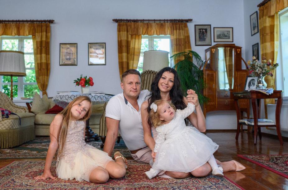 Andrius Rimiškis su žmona Vaida ir dukromis Andrėja bei Lėja
