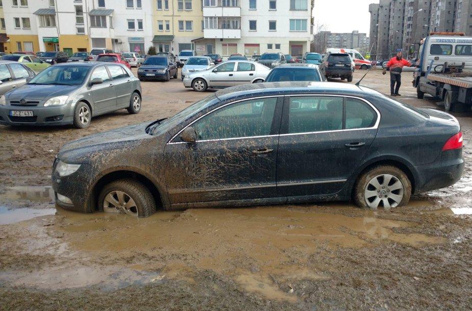 Vilniuje atsivėrė Marso kanjonai: prie Pilaitės seniūnijos purve skęsta automobiliai
