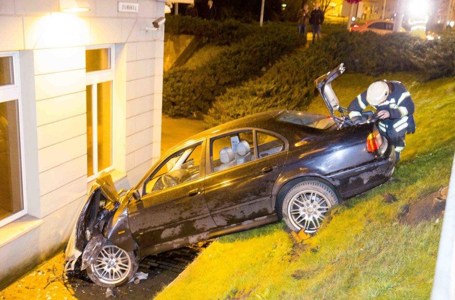 BMW avarija Vilniuje: nulėkė nuo kelio ir rėžėsi į viešbučio sieną