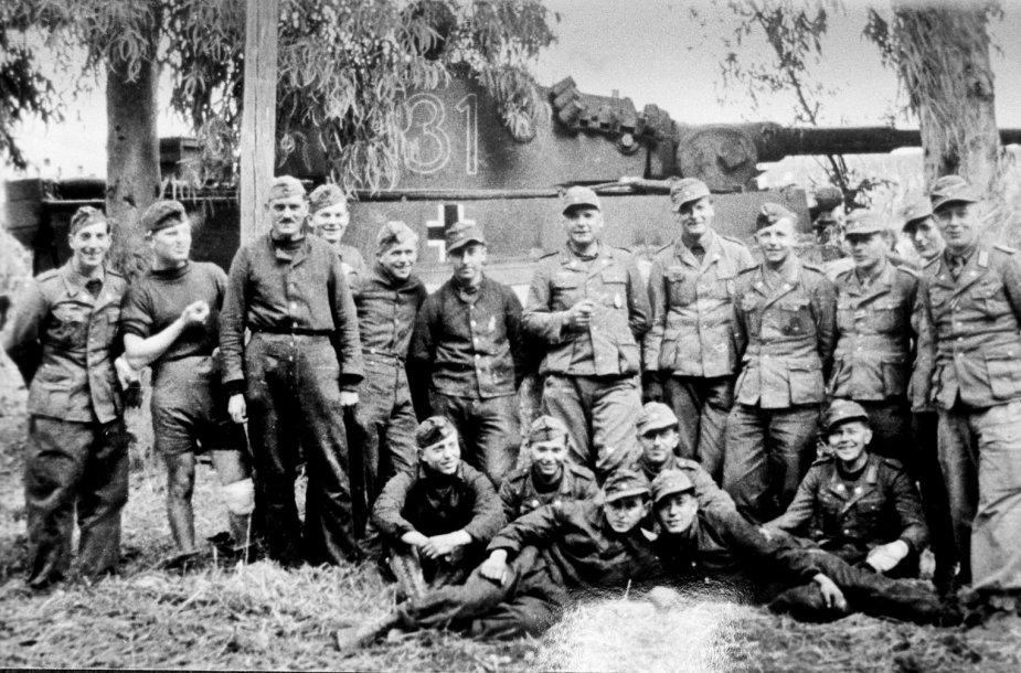 Vokiečių kariai šalia tanko
