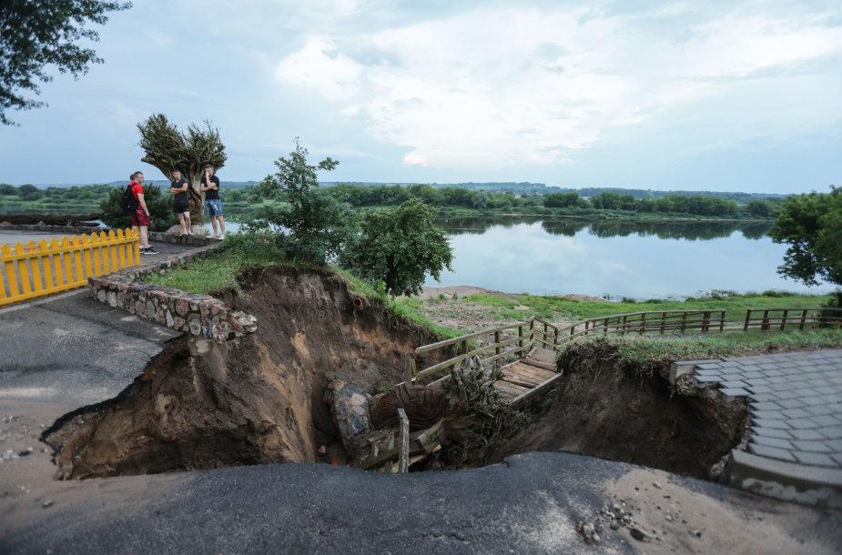 Vilkijoje po lietaus atsivėrė didelė įgriuva