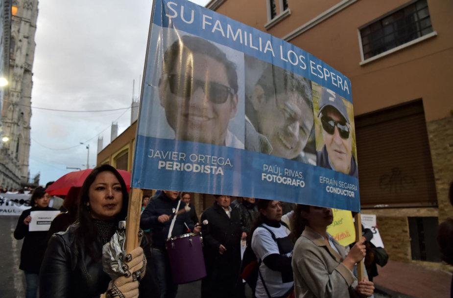 Pagrobtų žurnalistų artimieji ir draugai per protestą
