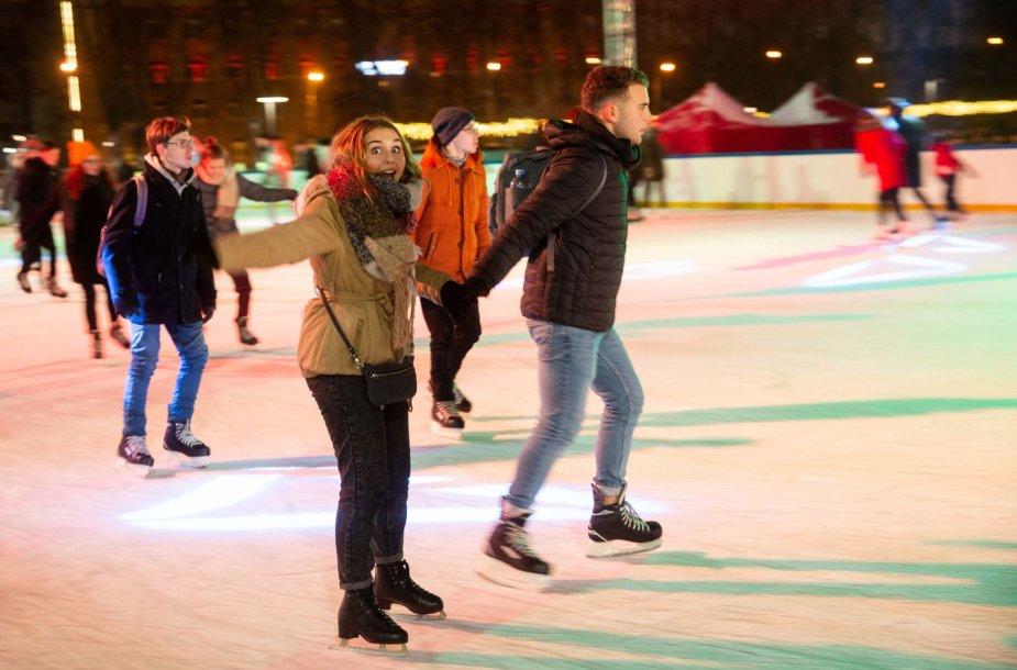 Kalėdinė Lukiškių aikštės čiuožykla po atviru dangumi