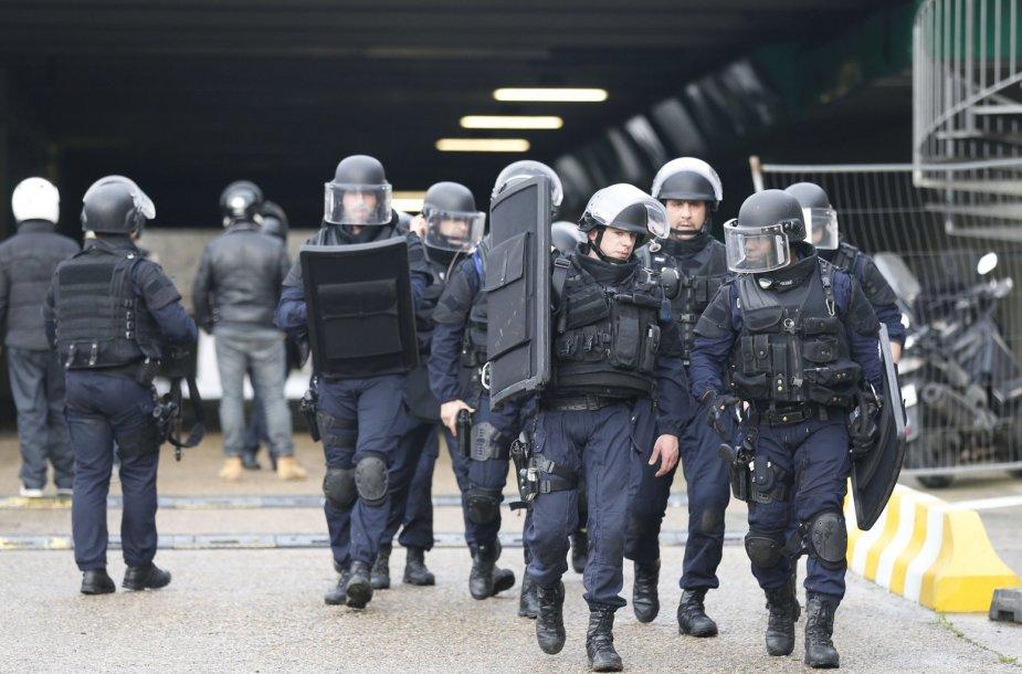 Policija netoli parduotuvės Paryžiuje, kur ginkluotas vyras laiko įkaitus.