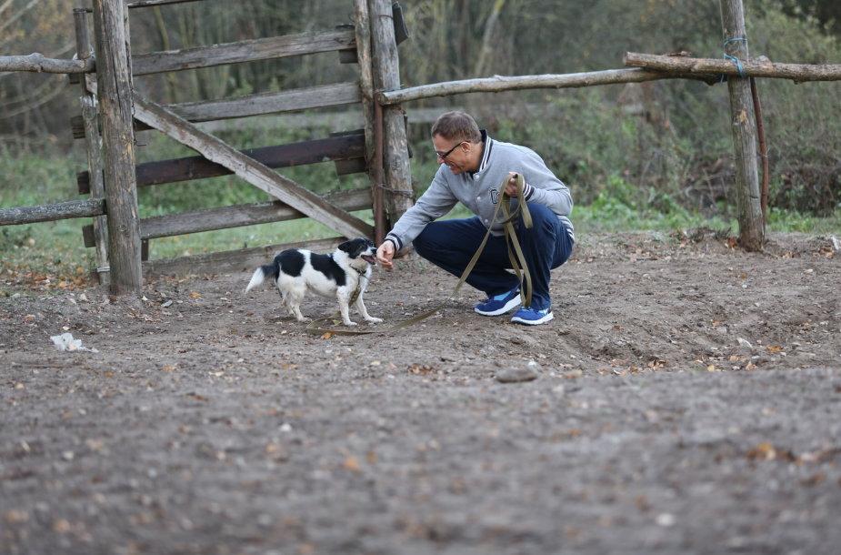 Jeanas Claude'as van Damme'as šunų prieglaudoje