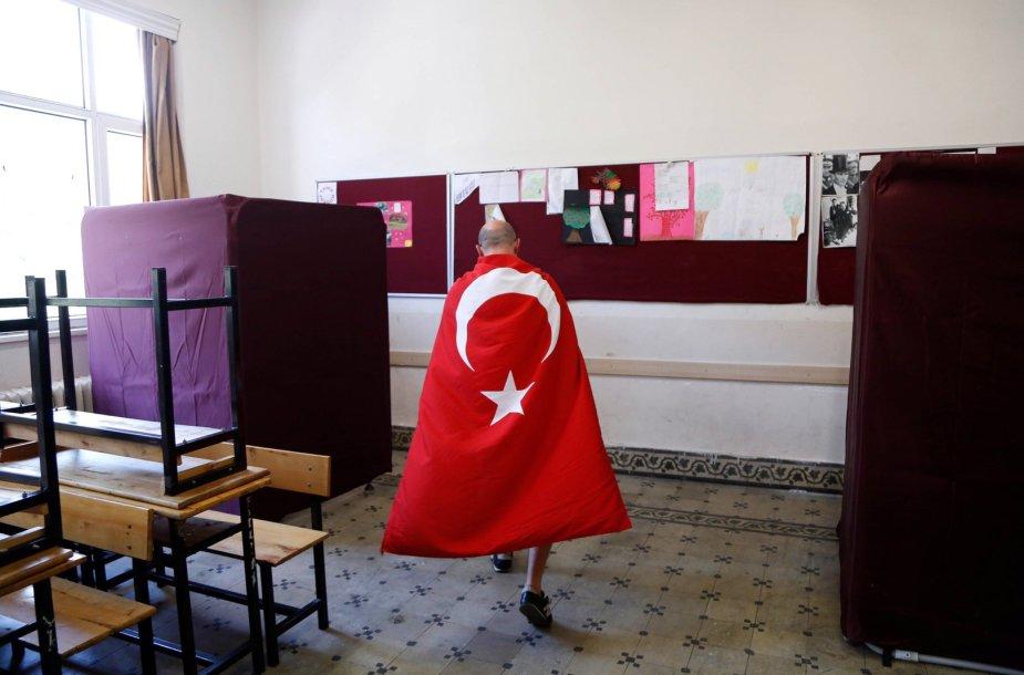 Vyriškis, apsigobęs Turkijos vėliava
