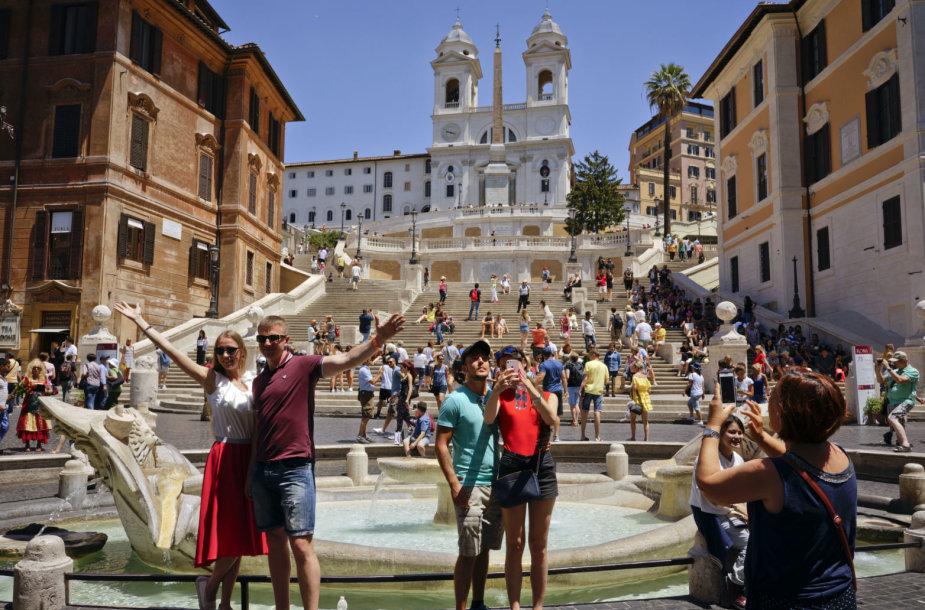 Turistai prie Romos fontanų