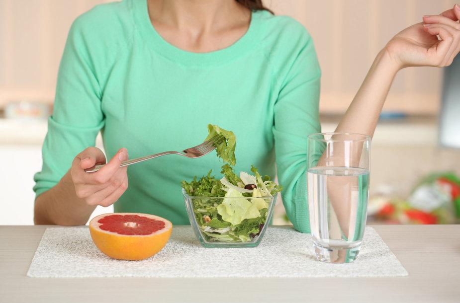 Moteris valgo sveiką maistą