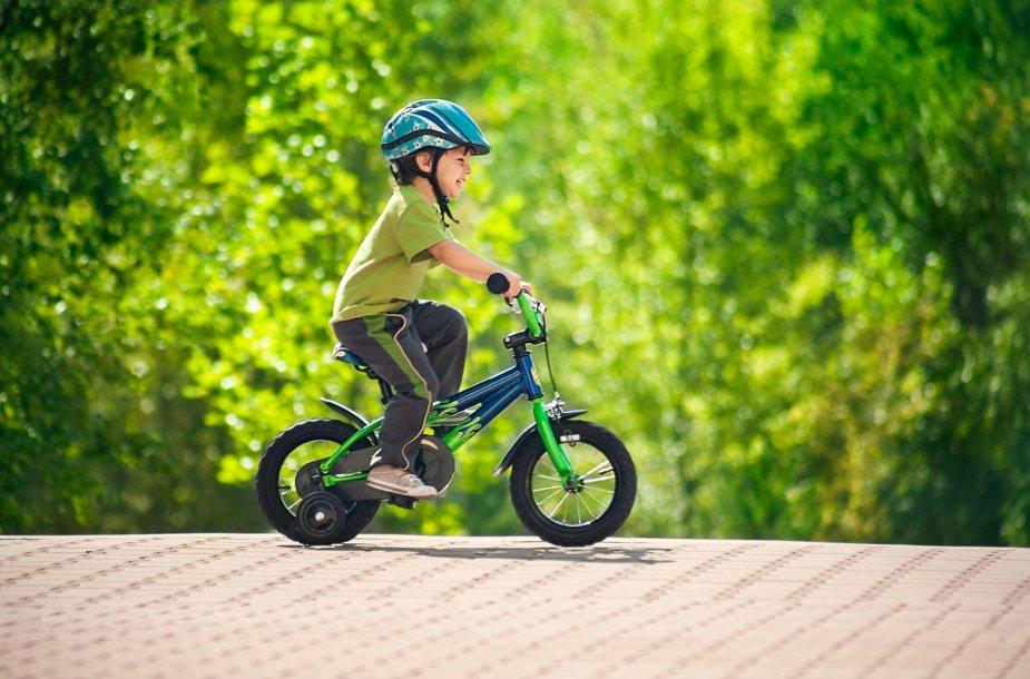 Berniukas važiuoja dviračiu
